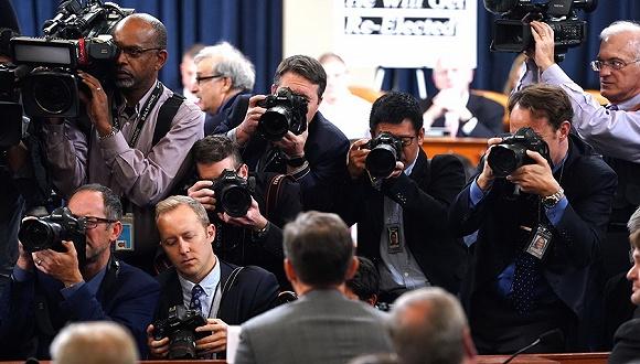 【天下头条】特朗普弹劾案国会首次公开听证 鲍威尔认为美联储无需进一步降息_拉加德