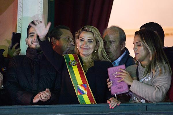 玻反对派女议员宣布就任临时总统:获军方支持后撤换司令