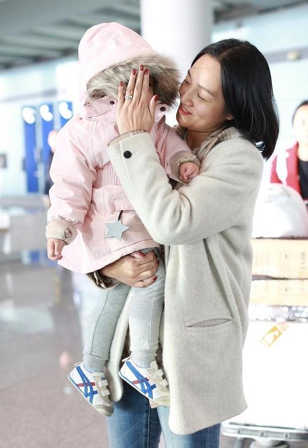 朱丹带女儿现身机场,全程母爱爆棚,手上婚戒太抢镜_家庭
