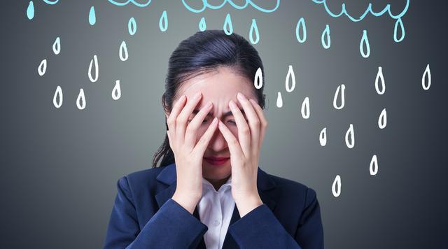 产后出现抑郁情绪持续强烈,情不自禁的担忧,是抑郁症的一种表现