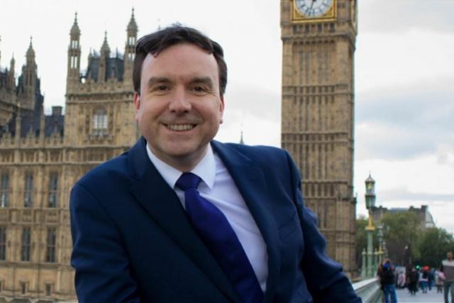 英国议员性骚扰两女性辞职,前妻接替他的席位参加下月大选