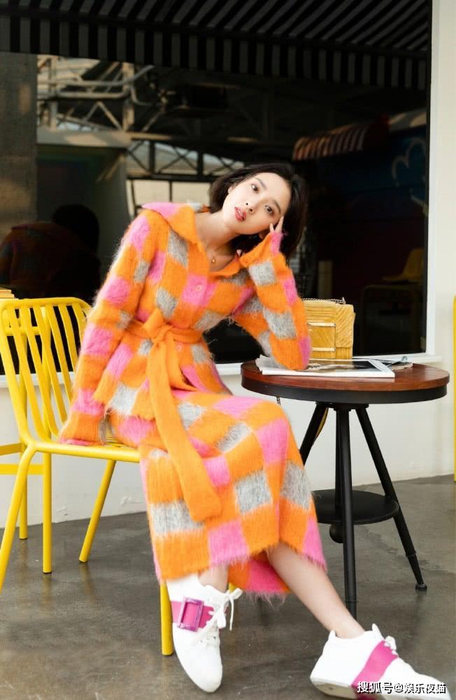 唐艺昕婚后更甜了,穿彩色方块针织裙配6千1的鞋,夺目吸睛