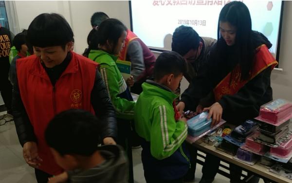 郑州市雁鸣湖镇联合旅游职业学院共同开展关爱留守儿童主题活动