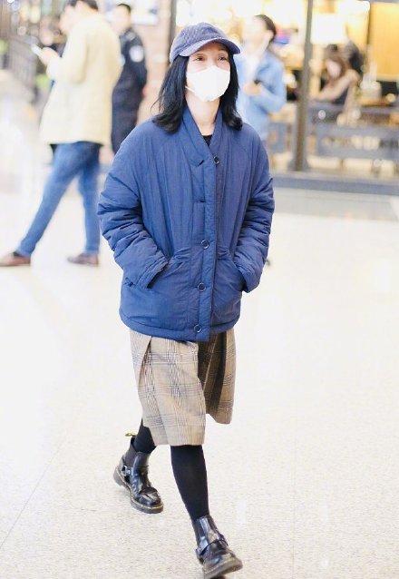 45岁周迅素颜现身机场,穿东北大棉袄不修边幅太接地气_黑色