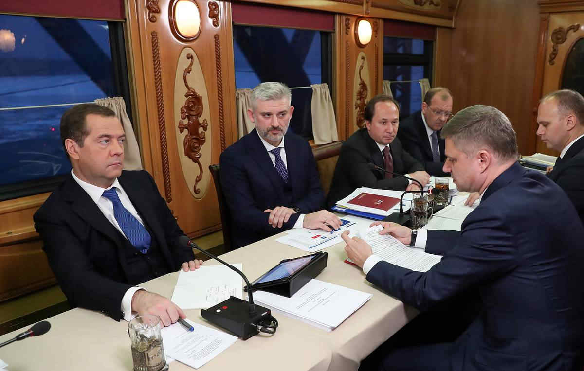 梅德韦杰夫在阿尔泰:看到俄罗斯总理,退休老人冲破警卫无奈跪下_卡杜金娜