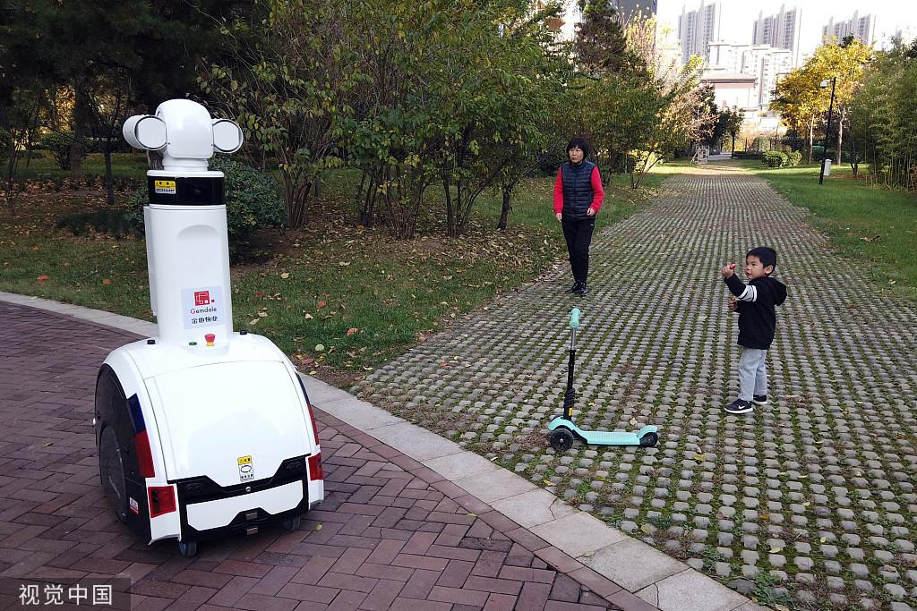 西安:机器人管家进小区可检测高空抛物和进行人脸识别_巡逻