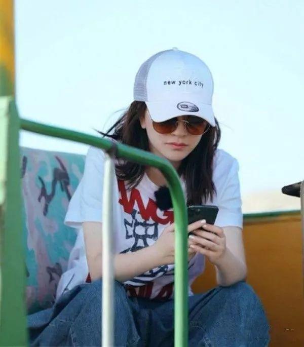 李小冉亮相综艺,两套T恤穿着普通,比刘涛刻意装扮更气质!