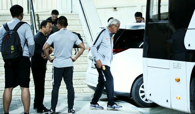 里皮辞职后跟随国足回酒店,脸上还有笑容,马上将坐航班回广州