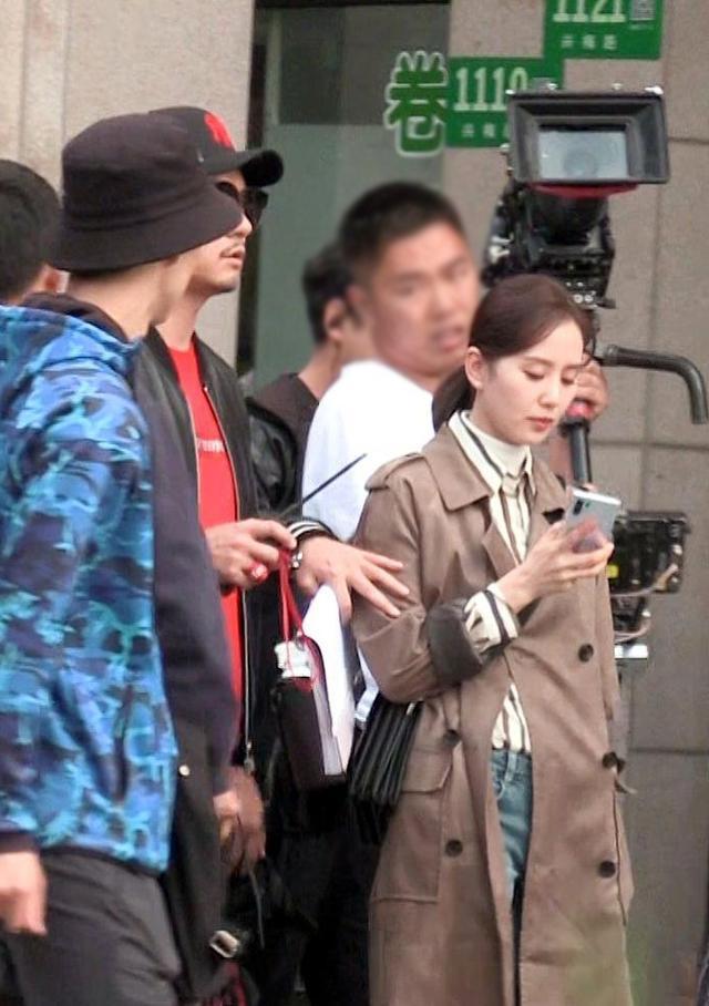 刘诗诗拍戏路透照,穿风衣内搭衬衫高领,未修图气质好温柔啊!