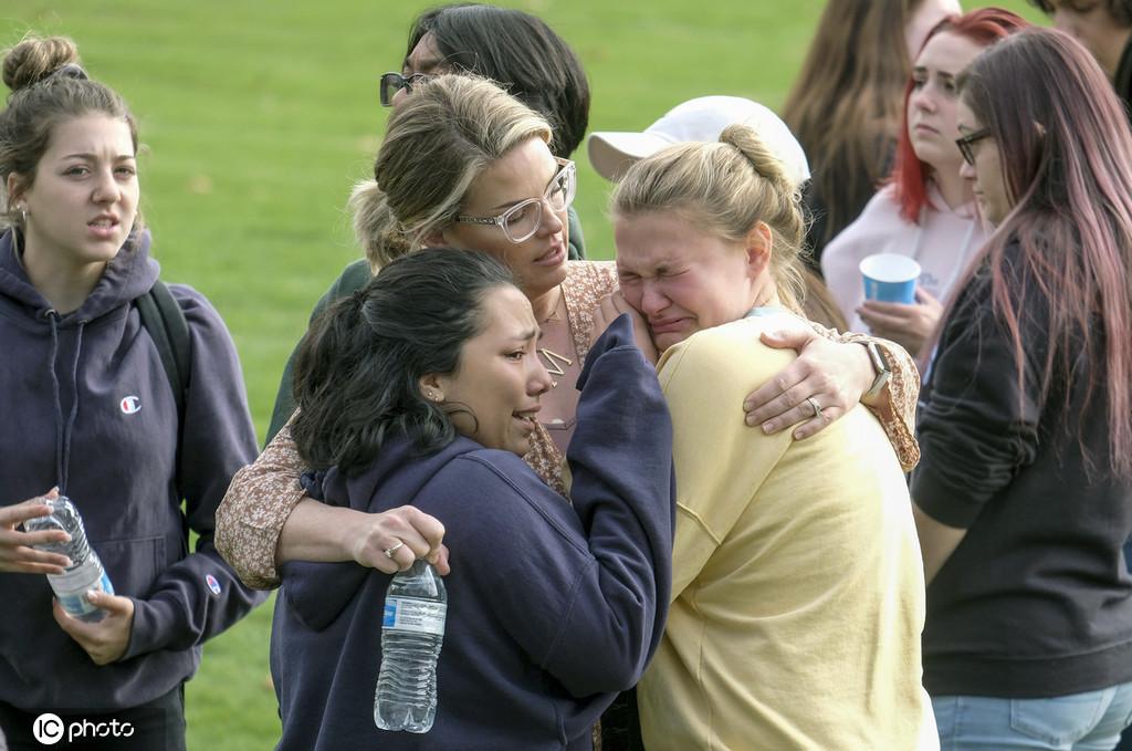 美国加州一高中发生枪击案致2死多伤 学生落泪惊慌失措