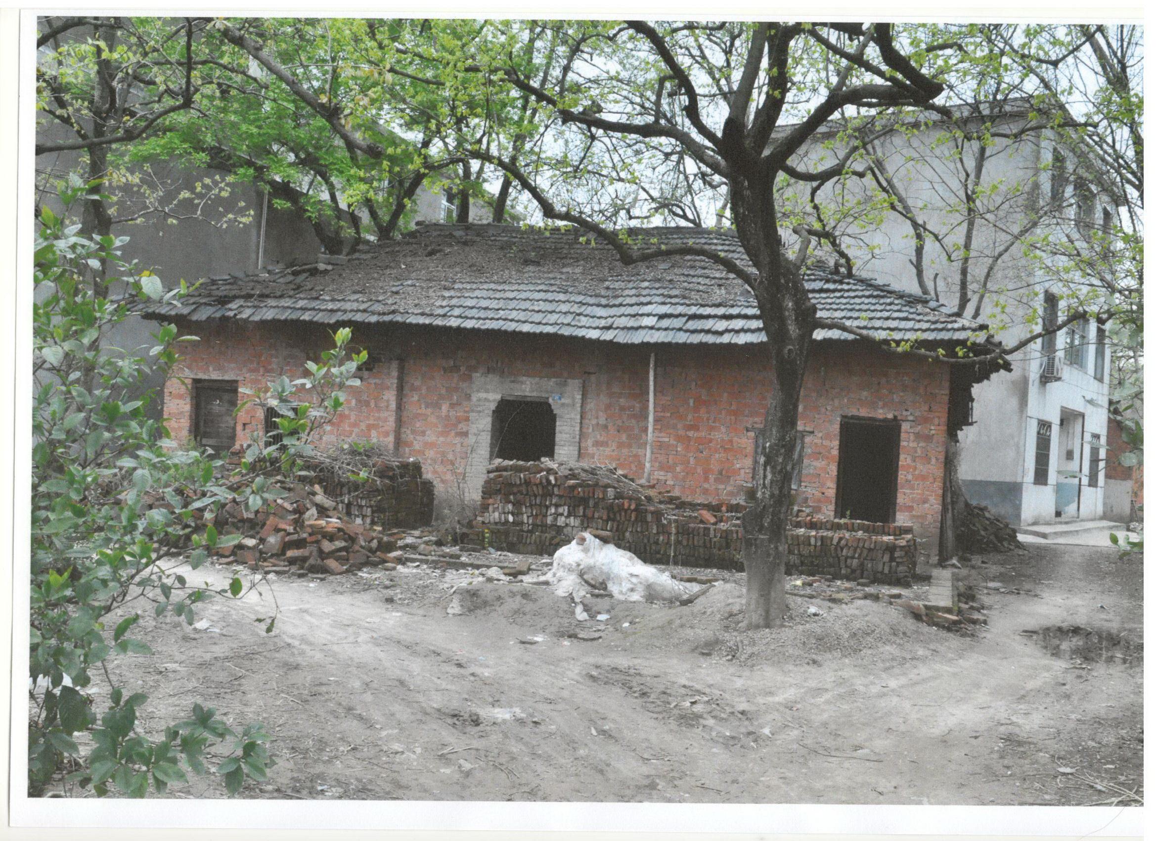 这张珍贵的房屋全貌旧照片是安徽省安庆市中级人民法院受理的(2019) 皖08行初112号涉案宅基地房屋在动迁前的全貌。