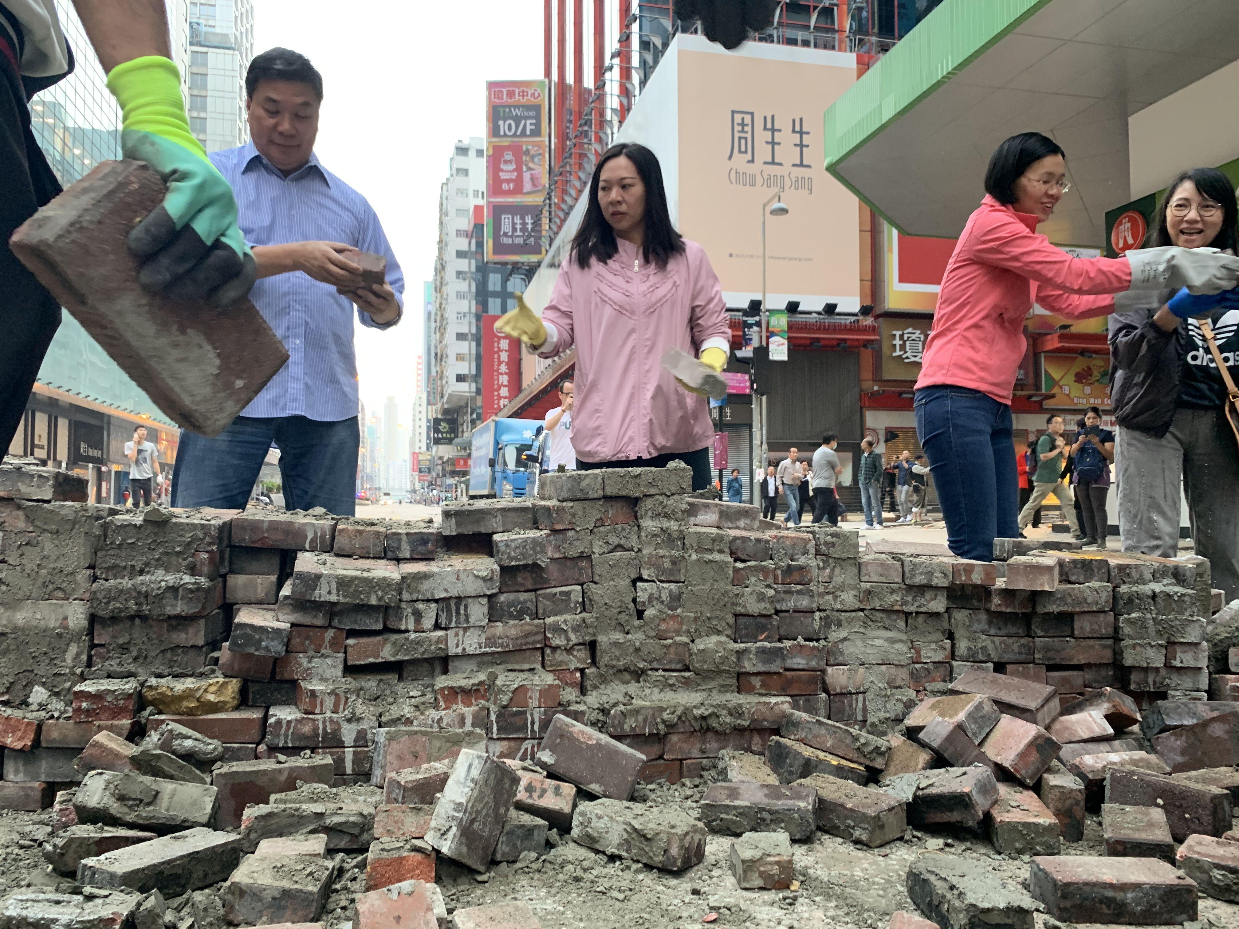 香港市民今早自发上街清理路障:每个人都想上班