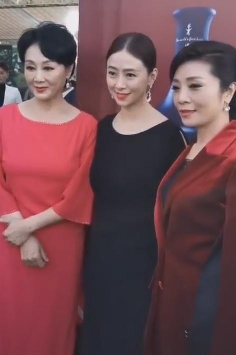 翁虹王姬难得同框,年龄相差几岁却像母女,会保养真的显年轻!_时候