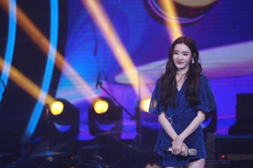 YY主播戴羽彤亮相《嗨唱转起来》,谢娜对大长腿表示不服
