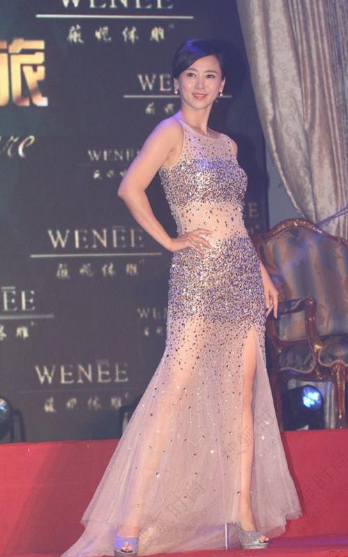 翁虹跟朱茵都一样,穿紧身裙正面看迷人,一看背就很壮硕!_背影