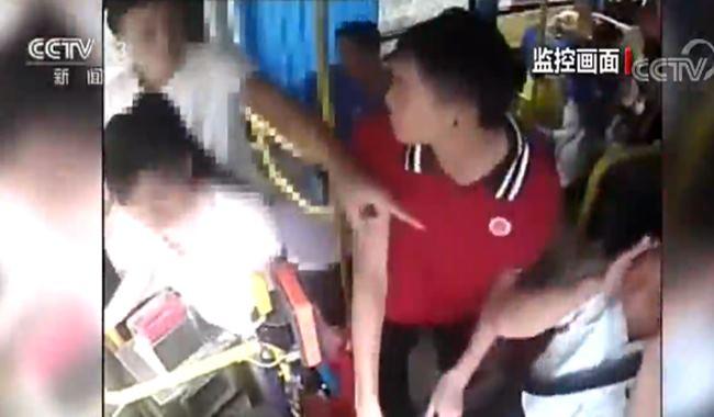 实拍乘客殴打公交车司机危急时刻高中生挺身制止施暴