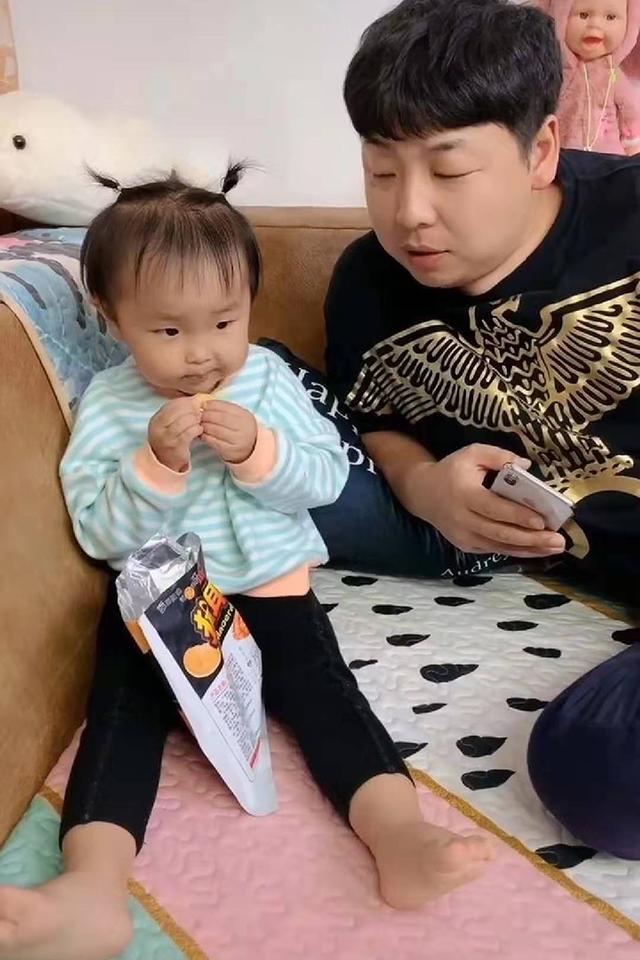 女儿喂爸爸吃零食,不小心被爸爸舔到了手指,女儿:这手我不要了