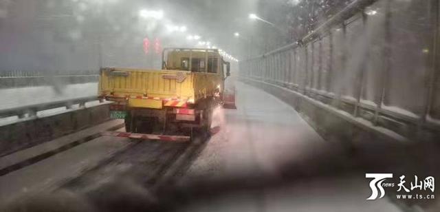 降雪来临,乌鲁木齐市各清雪作业单位清雪保畅通