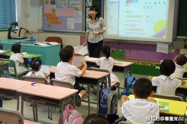 """家长送老师名贵丝巾,孩子仍不""""受宠"""",妈妈去问,弄了个大红脸"""