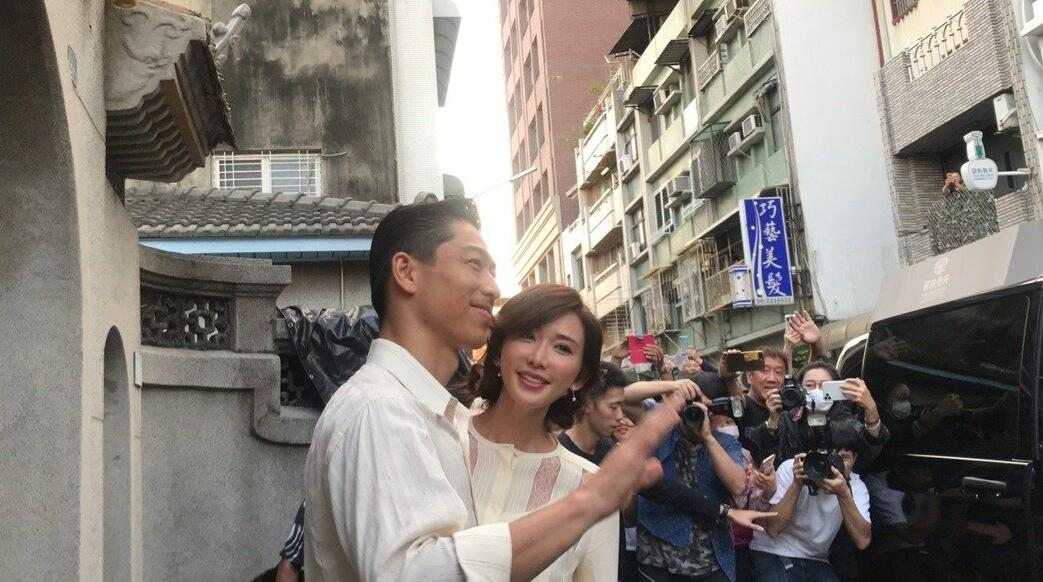 林志玲与老公结束婚礼彩排后现身,被群众围观亲切打招呼