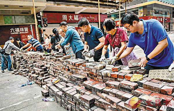 """暖心!香港市民自发上街清路障:""""他们再设 我会再清"""""""