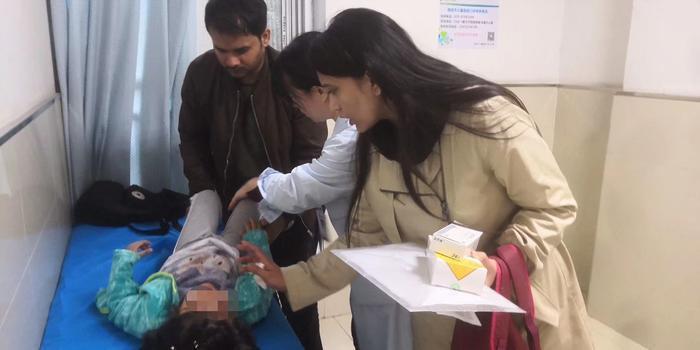 """外籍3岁小孩反复腹痛 回国前家长找到西安医生""""加微信好友"""""""