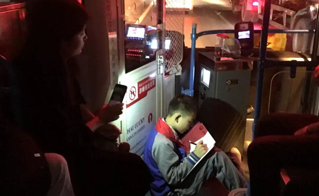 你拿手机的样子真美!厦门957公交上,陌生人为学习的孩子亮灯,百万网友围观