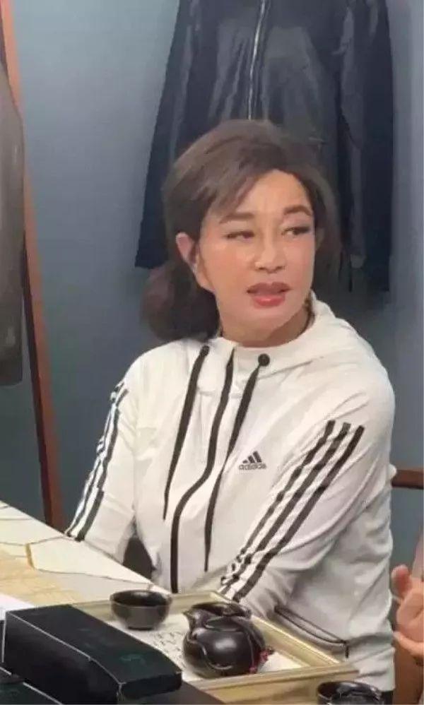 刘晓庆总算服老了,穿运动装踩平底鞋,比刻意扮嫩更漂亮!