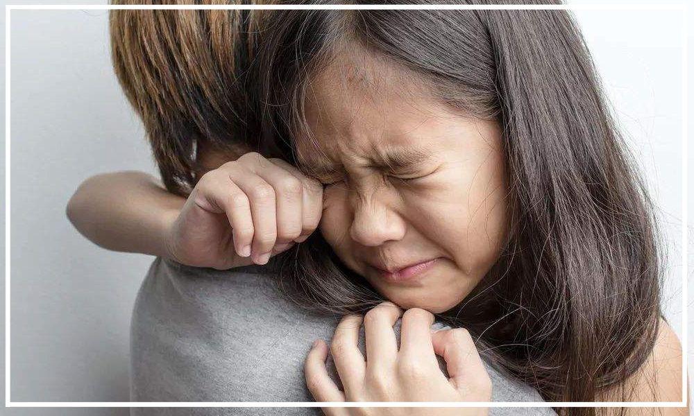 """护士""""使劲""""的掰孩子的脖子,孩子大哭,妈妈却无动于衷"""