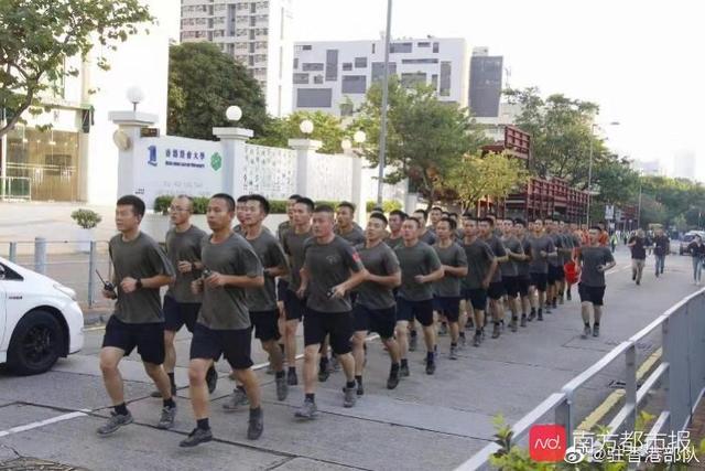 驻港部队部分官兵加入清理路障,赢得现场香港市民阵阵掌声_军营
