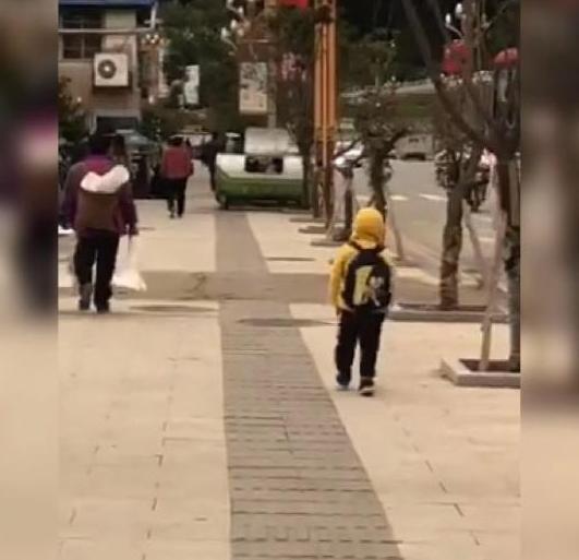 """""""幼儿园一哥""""凭走路的方式火了,网友:现实版""""六亲不认""""步伐"""