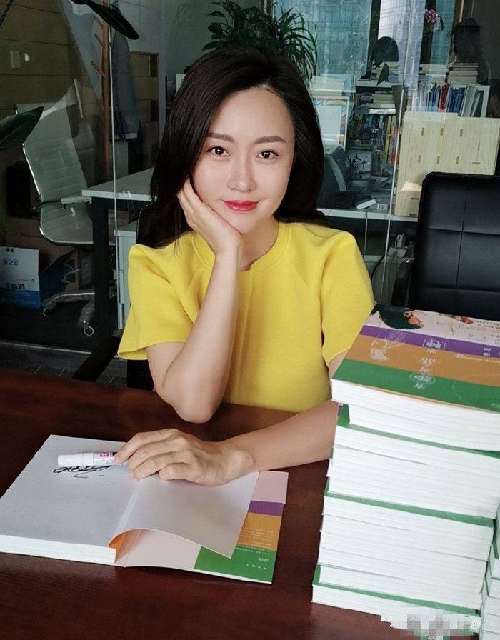 潘阳穿红色长裙美得不敢认,网友:还好颜值没有遗传潘长江