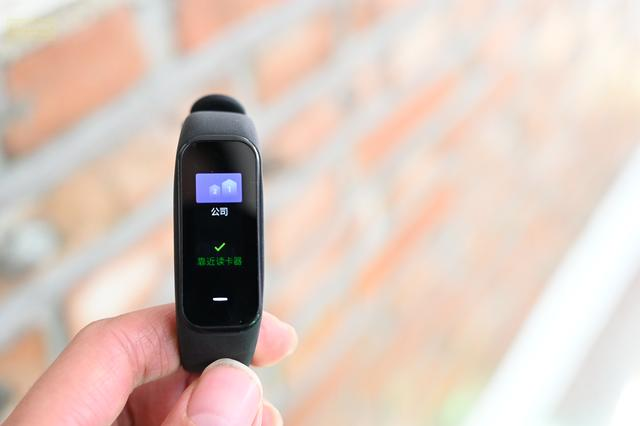 <b>支持NFC应该是手环的标配了,黑加手环1S就是这样 </b>