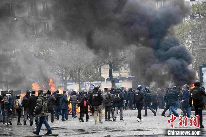 """法国""""黄马甲""""运动一周年:暴力示威重现巴黎 百余人被捕_活动"""