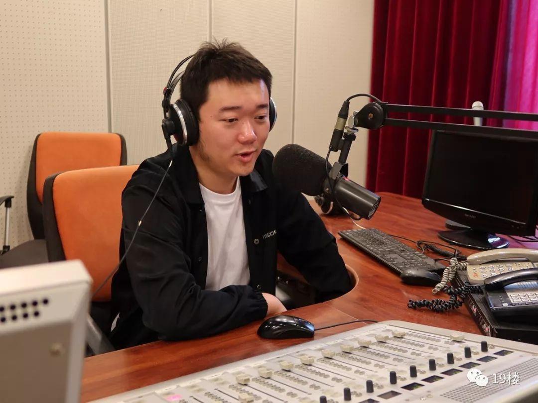 浙江电台主持人昨晚上了微博热搜!网友都在替这个嘉兴小伙叫可惜!