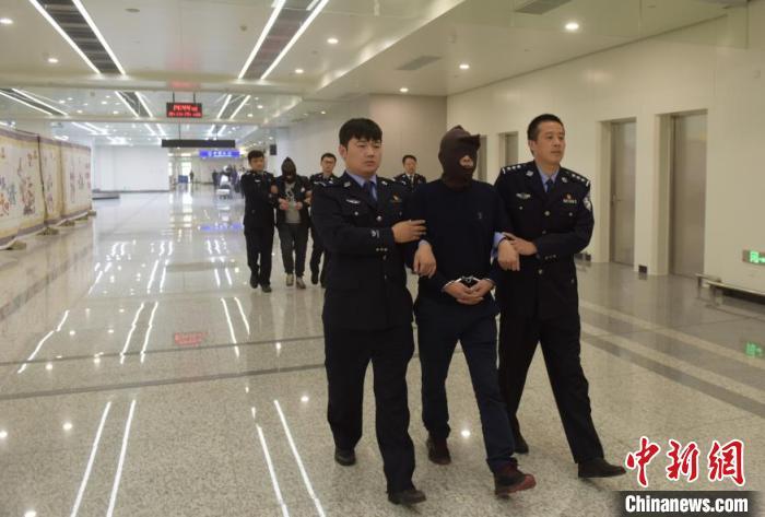 """江西警方发起""""长缨""""行动 从柬埔寨抓获、劝投10名逃犯_追捕组"""