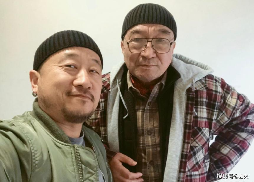 73歲李保田與兒子罕同框,兩人五官如復制粘貼,網友:更像兄弟!