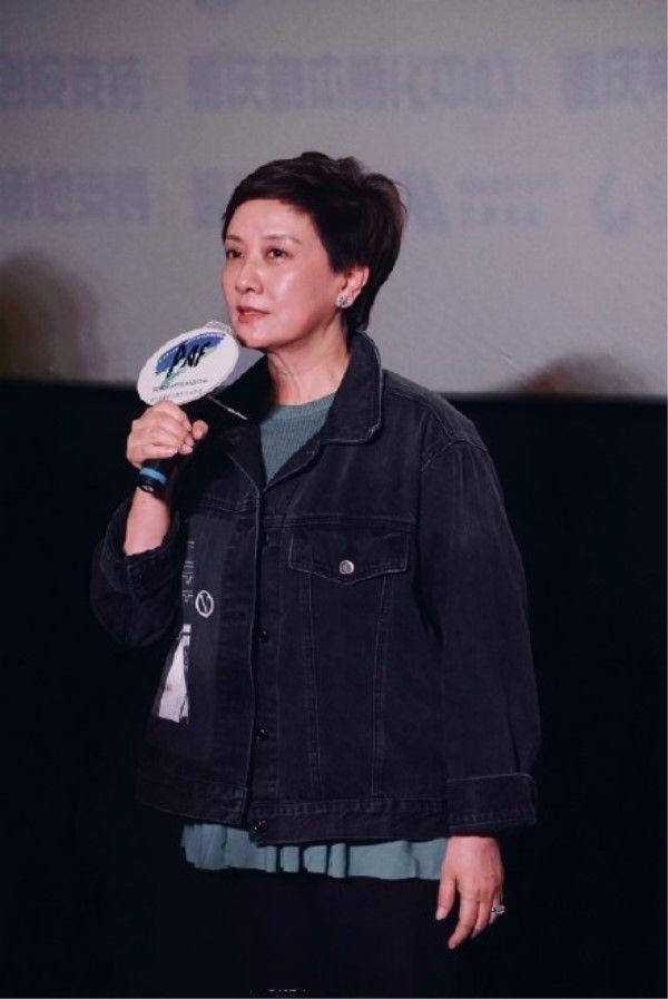 邓婕演王熙凤时美的温婉,如今成了普通老人,还在追赶潮流!