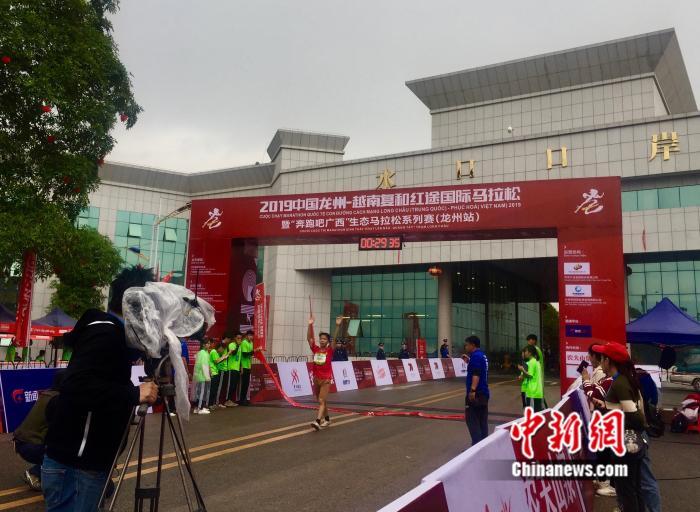 千名选手竞速中越红途国际马拉松赛_龙州