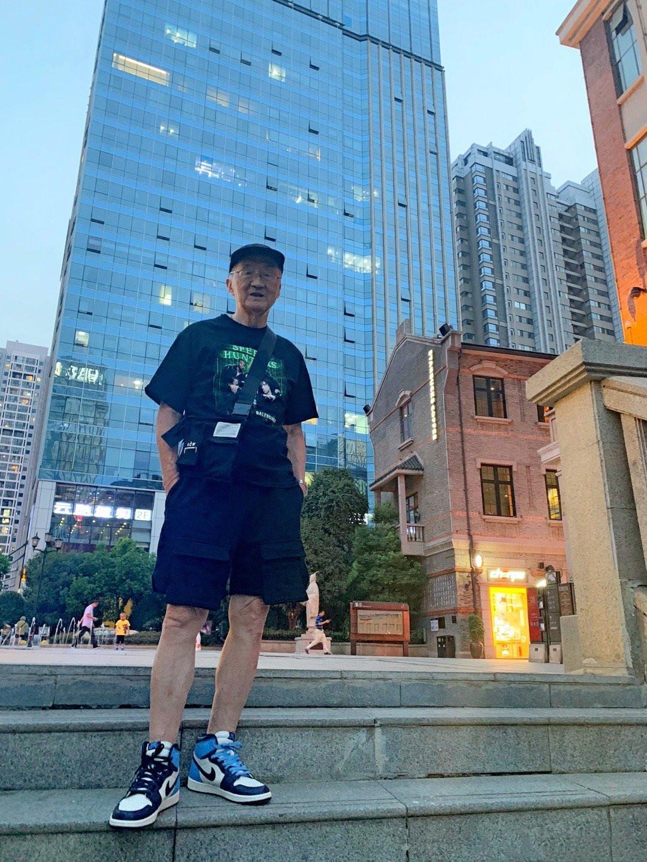 中国83岁爷爷潮成网红,衣服多到放不下,连孙子也经常蹭着穿!