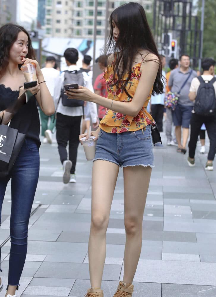 """街拍:175的""""吊带姐姐""""出街,腿长真的了不起,有超模的感觉插图(3)"""