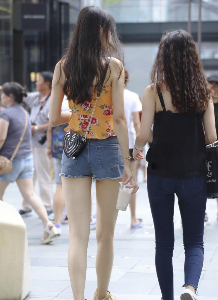 """街拍:175的""""吊带姐姐""""出街,腿长真的了不起,有超模的感觉插图(2)"""