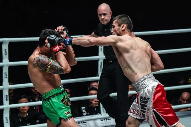 雅桑克萊被KO!泰拳天王遭遇十年最慘一敗,昏迷不醒被擔架抬出_賈馬爾