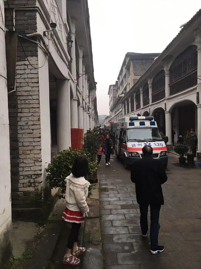 四川達州清河古鎮一天井閣倒塌:已救出4人,仍有1人被困_新聞