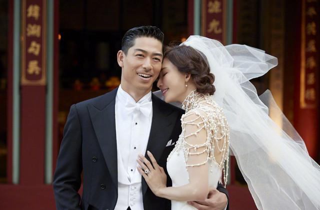 林志玲携老公亮相婚宴,俏皮亲吻状态如少女,喊话婚后努力生宝宝