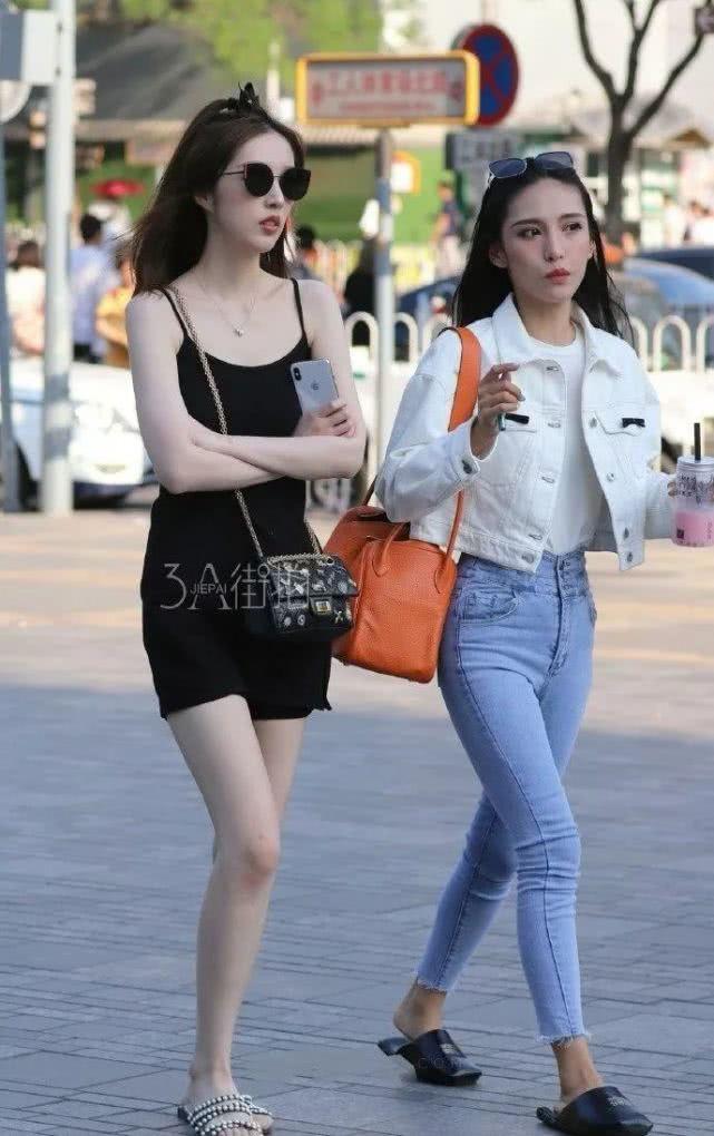 街拍美女:皮肤白的女孩子,果然更容易成为焦点啊!插图