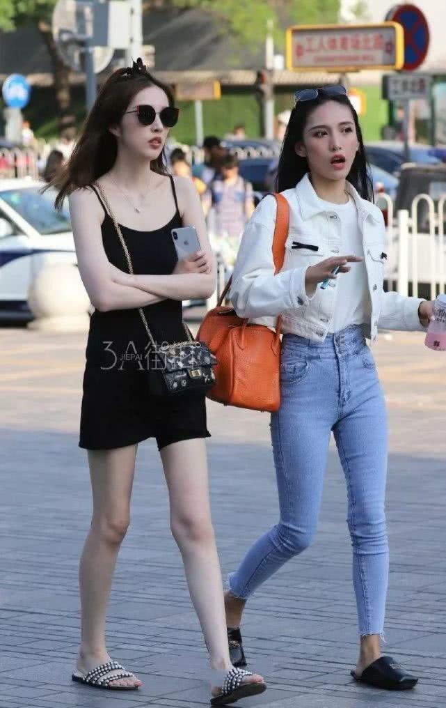 街拍美女:皮肤白的女孩子,果然更容易成为焦点啊!插图(3)