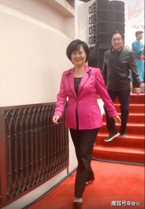53歲鞠萍姐姐近照曝光,身材臃腫臉圓鼓!網友直呼:像農村大娘