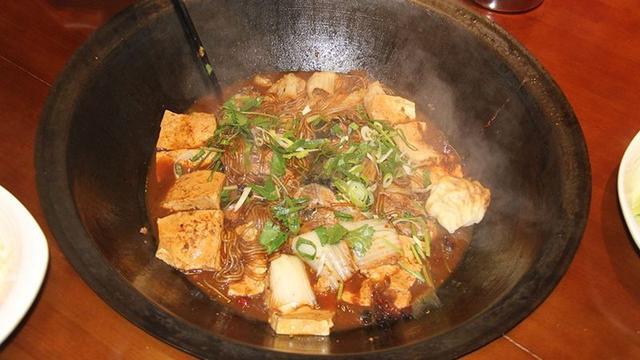 用传统铁锅炒菜,食物会更香、还能补铁?营养师辟谣:没太大帮助