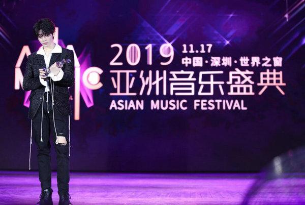连淮伟获最具潜力男歌手高燃舞台输出帅气唱跳实力_亚洲